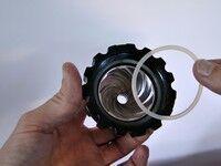 Lexen elektromos búzafűprés tömítőgyűrűjének bekhelyezése a leszorítósapkába