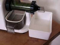 Lexen elektromos búzafűprés hulladékgyűjtő poharának behelyezése